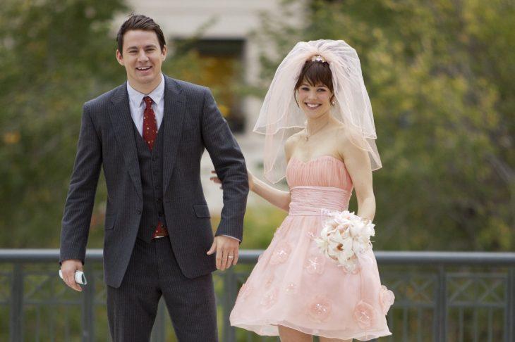 pareja recien casados mujer blanca cabello negro