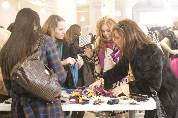 mujer comprando ropa y accesorios en una tienda