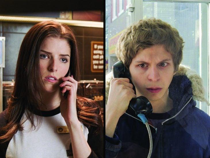 mujer peliroja hablando por telefono y chico en teléfono publico