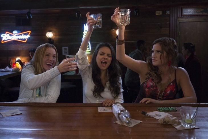 tres mujeres en un bar haciendo un brindis