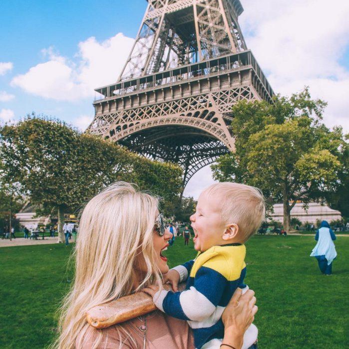 Chica riendo con un bebé en París