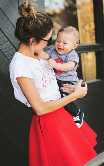 Chica cargando a un bebé