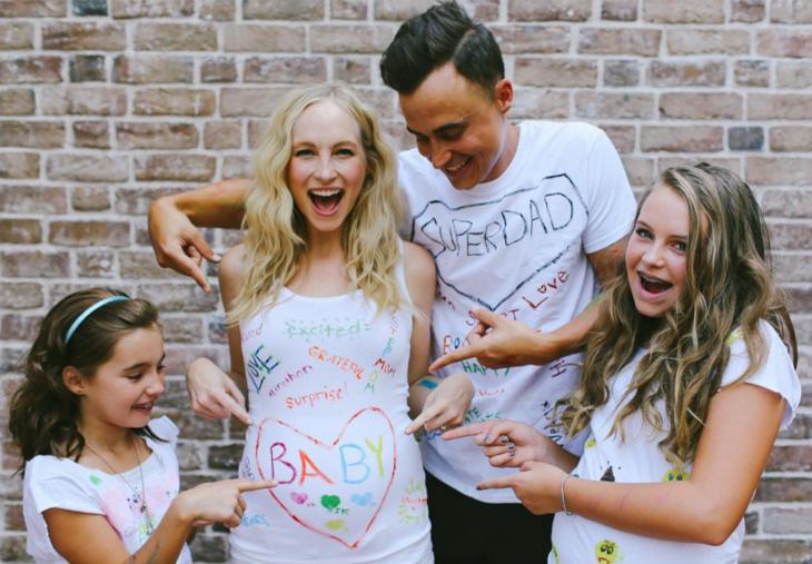 Familia señalando la panza de una embarazada