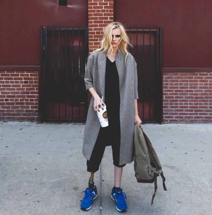 Modelo Lauren Wasser que perdió la pierna a cauda de un tampón posando para una fotografía