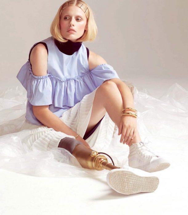Modelo Lauren Wasser que perdió la pierna a causa de un tampón sentada en el suelo posando para una fotografía