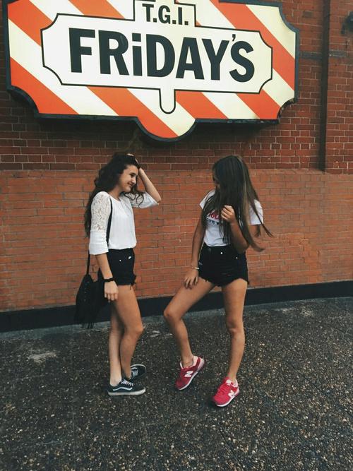 amigas platicando en la calle