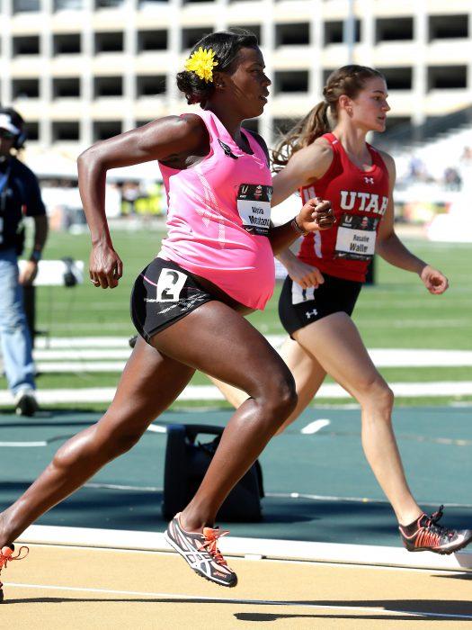 Atleta embarazada corriendo en una competencia