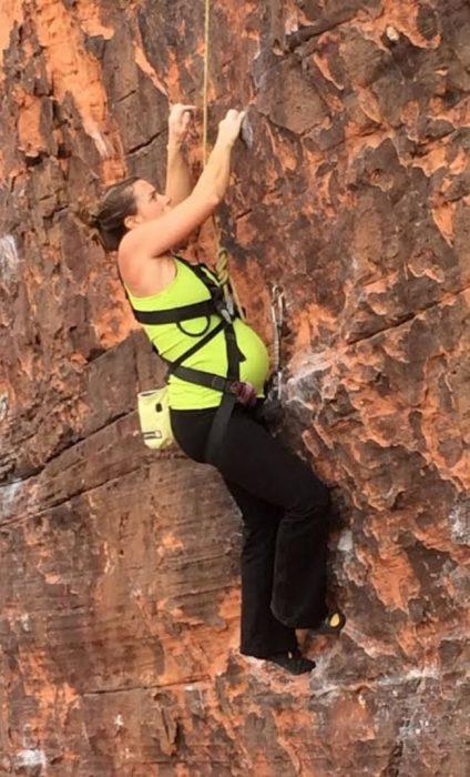 Mujer embarazada escalando montañas