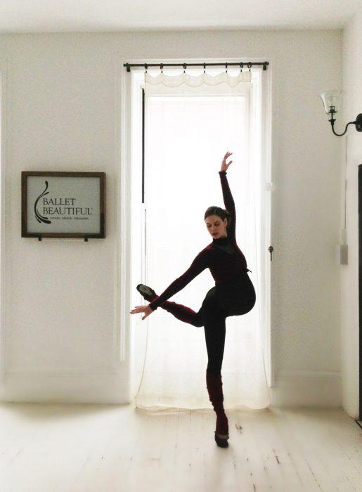 Bailarina de ballet embrazada haciendo piruetas