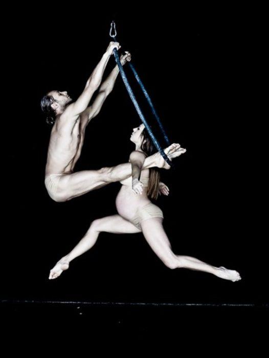 Dúo acrobatico Liberi di practicando ejercicios mientras ella está embarazada