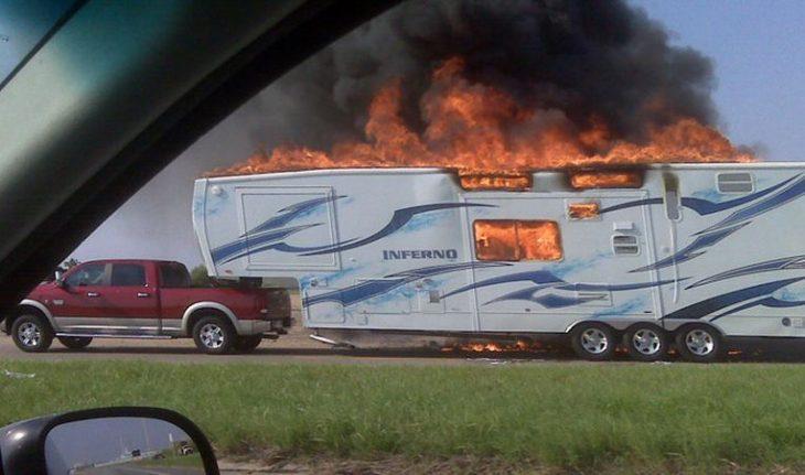 trailer y camioneta en carretera mientras esta en llamas
