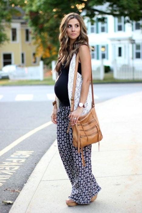 Chica embarazada usado un outfit bohochic