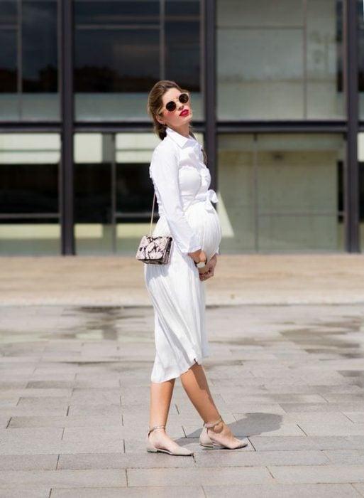 Chica embarazada usando un vestido en color blanco