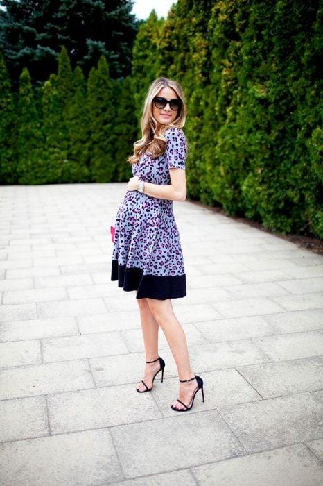 Chica embarazada usando un vestido estampado en color azul