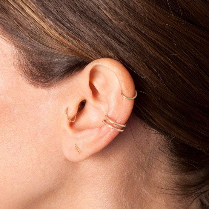 Chica con un piercing en la oreja