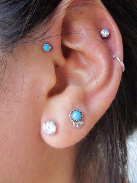 Chica con varios piercings en la oreja