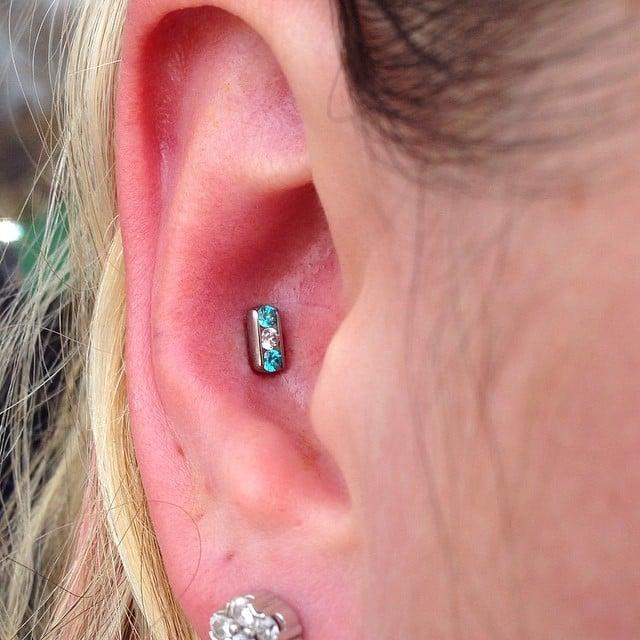 Chica con un piercing dentro de la oreja