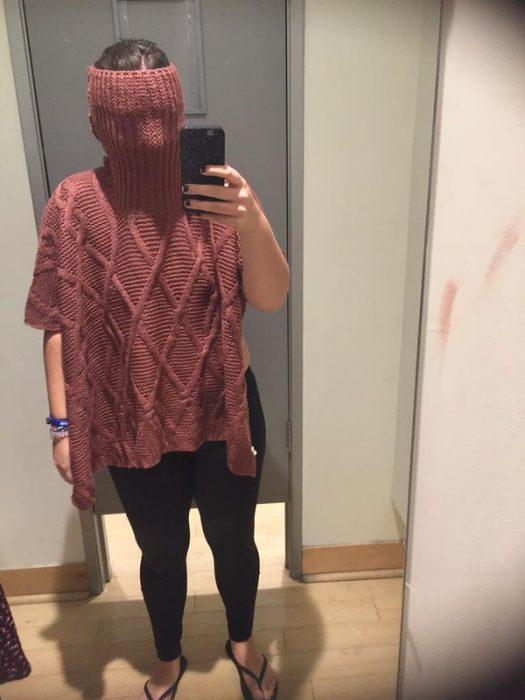 Chica con camisa de cuello alto atorada