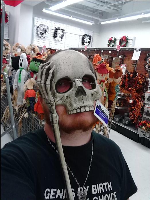 Chico con máscara que le queda chica