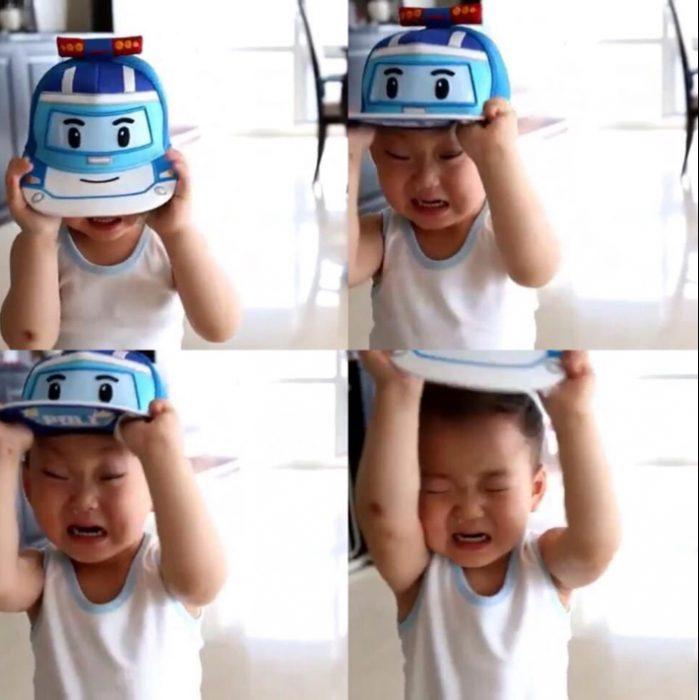 Niño quitándose una gorra