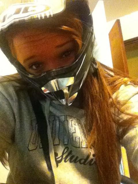 Chica cabezona con casco de moto