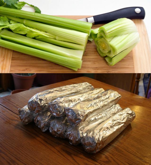 manojo de apio y cuchillo con papel aluminio