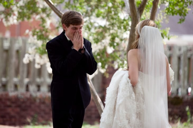 Chico llorando al ver por primera vez a su novia el día de la boda