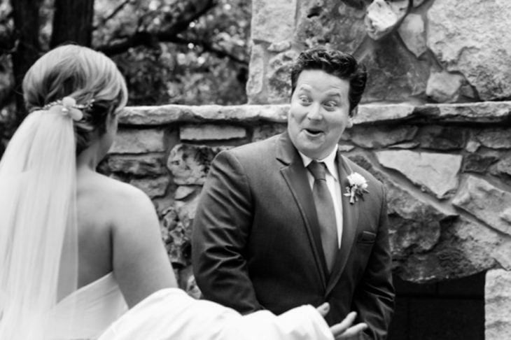 Novio con cara de sorprendido al ver a su novia el día de su boda