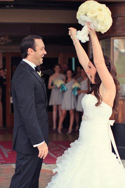 Novios felices al verse por primera vez el día de su boda