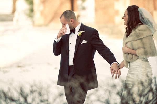 Novio limpiando sus lagrimas el día de su boda
