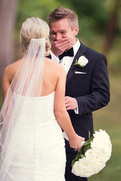 Novio llorando al ver a su novia el día de su boda