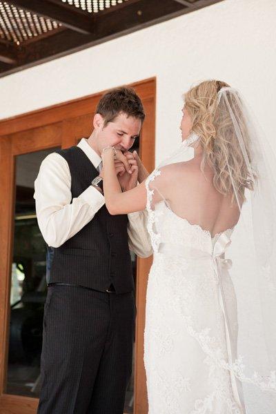 Novio besando las manos de su novia y llorando cuando la vio por primera vez