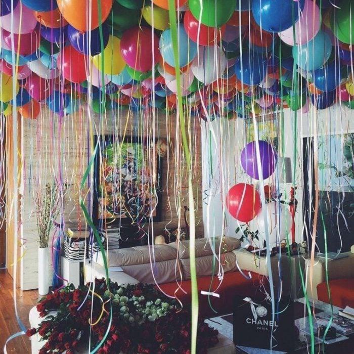 Habitación llena de globos y regalos