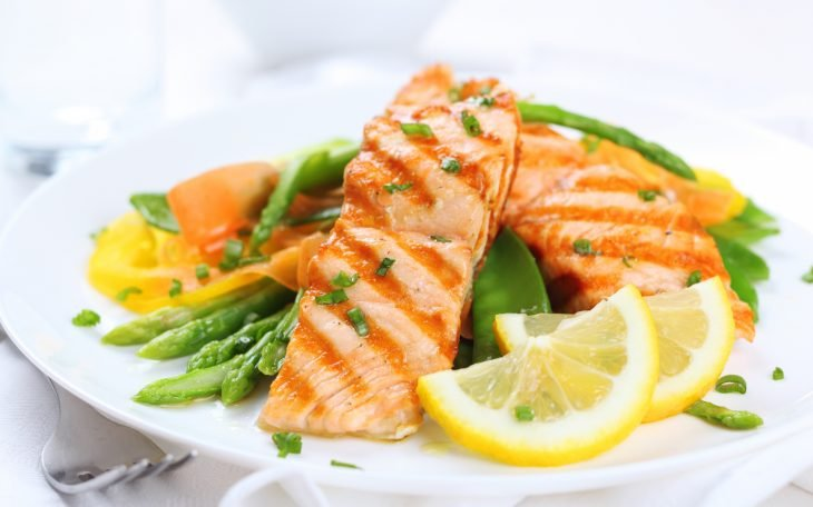 Platillo de pescado con verduras y limón