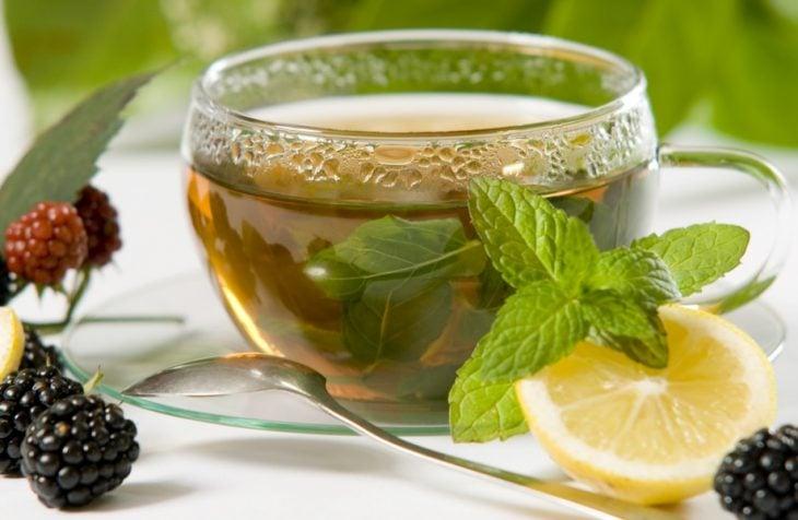 Taza de té de limón con menta