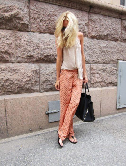 Chica usando ropa holgada