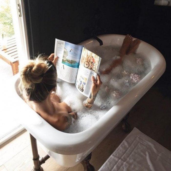 Chica disfrutando de un baño caliente
