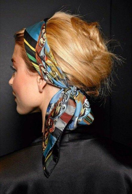 Foto de cabeza con bufanda anudada atrás.