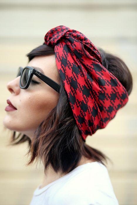 Mujer con bufanda en la cabeza y lentes.