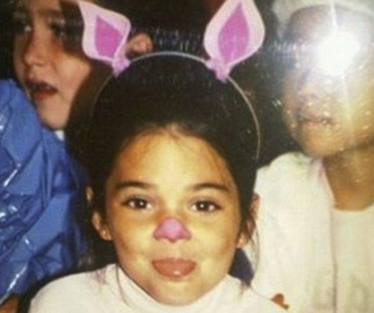 niña de cabello negro con orejas y nariz de conejo