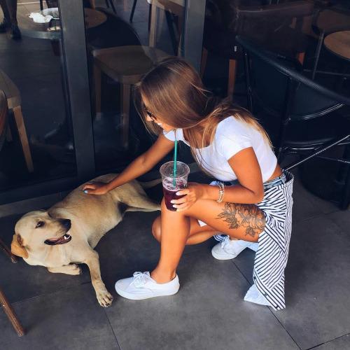 Chica acariciando a su perro antes de salir de casa