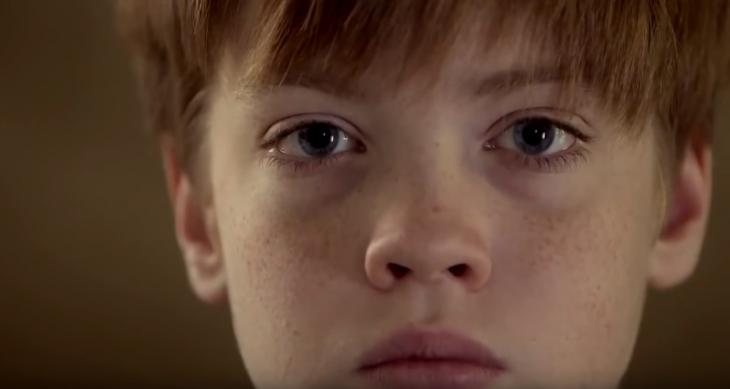 niño rubio con ojos grandes y pecas