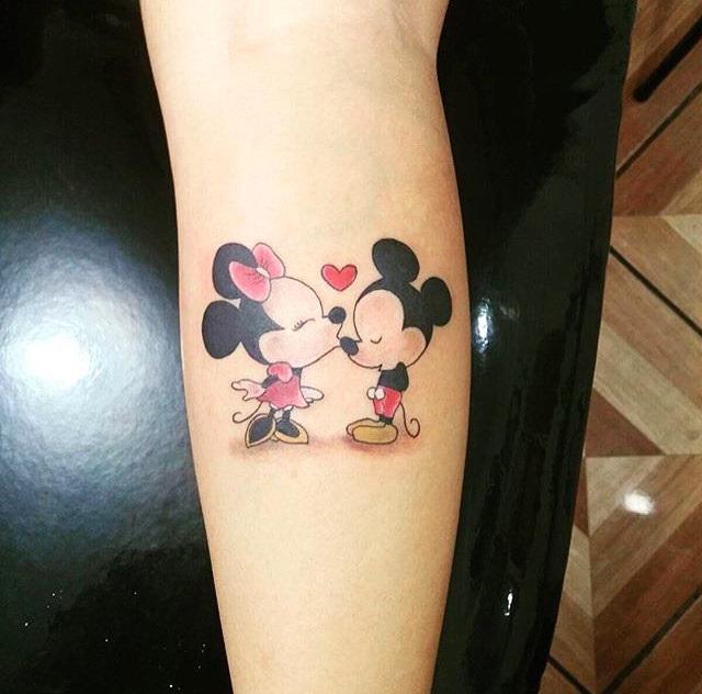 Tatuaje de Mickey Mouse y Mimi besándose
