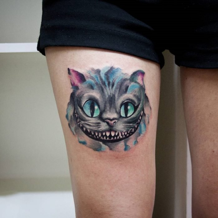 Tatuaje del gato de chasire de la película de Alicia en el país de las maravillas