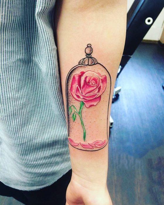 Tatuaje de la flor de la bella y la bestia encapsulada