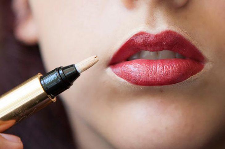 mujer de labios rojos y corrector