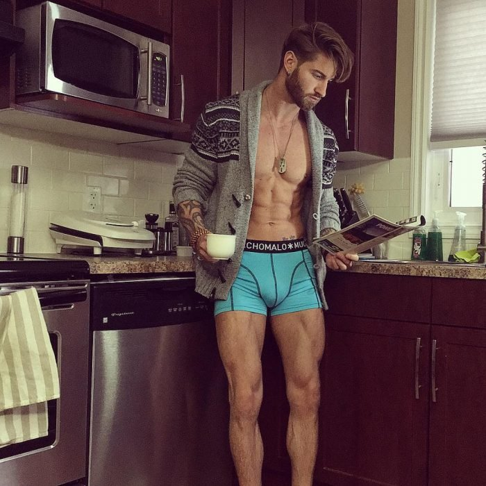 Travis DesLaurier tomando café en boxer