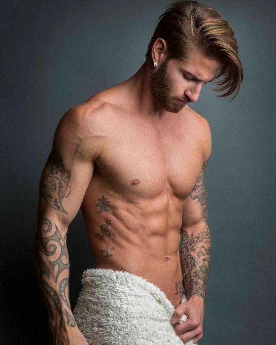 Travis DesLaurier con toalla de baño