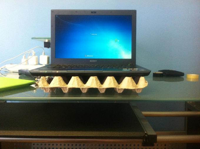Lap top colocada sobre un cartón de huevos