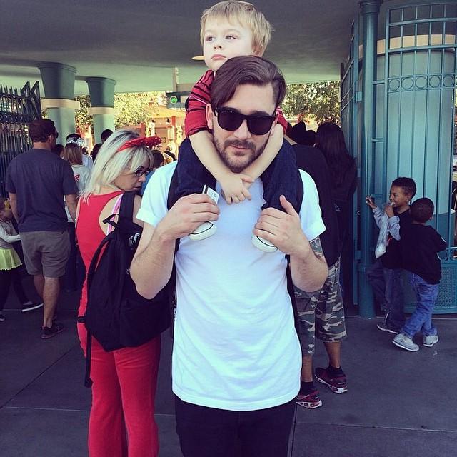 papá guapo DILF con bebé en Disneyland